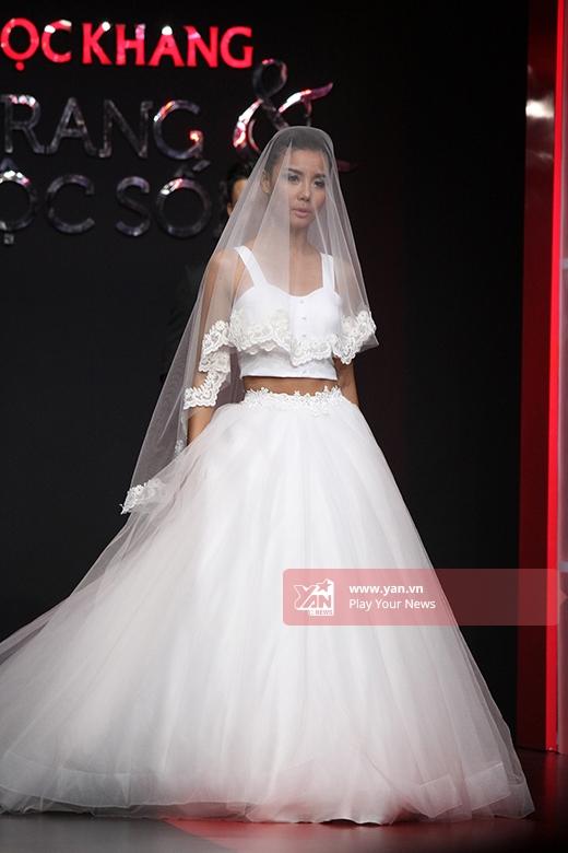 Lại Thanh Hương mang đến hình ảnh khá hiện đại, gợi cảm khi kết hợp áo crop top cùng chân váy voan bồng xòe.