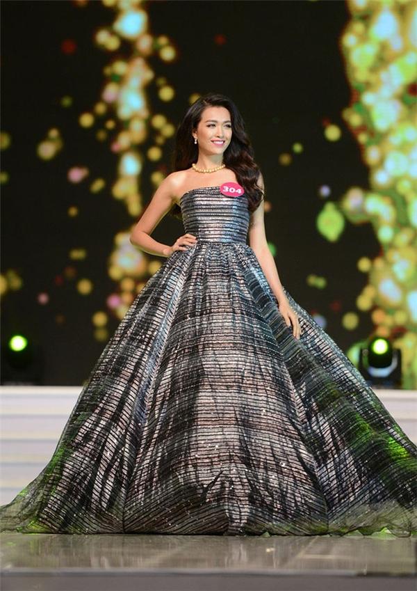 Lệ Hằng thực sự gây chú ý trên sân khấu khi chọn diện bộ váy bồng xòe với chất liệu ánh kim nổi bật.
