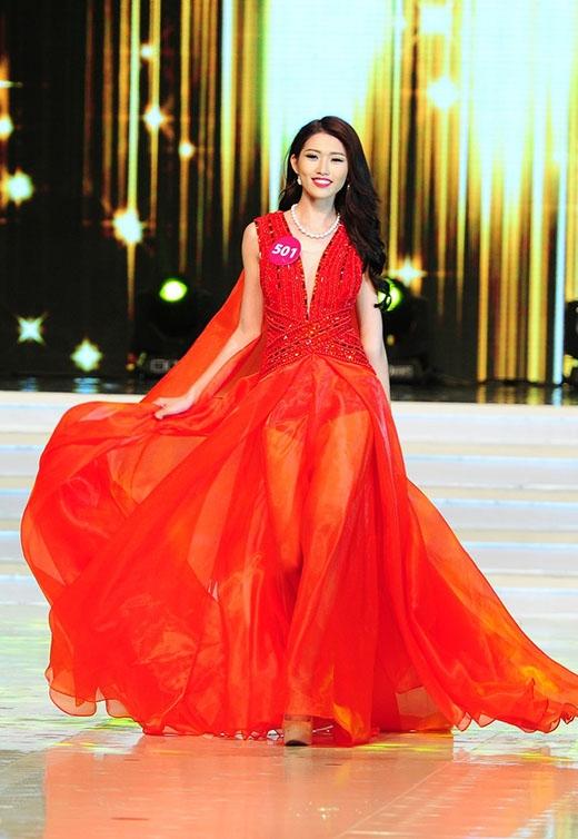 """Chế Nguyễn Quỳnh Châu được người bạn thân - nhà thiết kế Lý Giám Tiền""""đo ni đóng giày"""" với thiết kế tông đỏruby rực rỡ."""