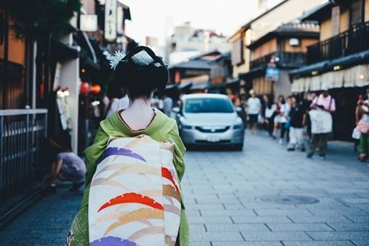 Áo kimono và xe ô tô - truyền thống và hiện đạinhưng lạihài hòa,bổ trợ cho nhau một cách lạ lùng.(Nguồn: Bored Panda)