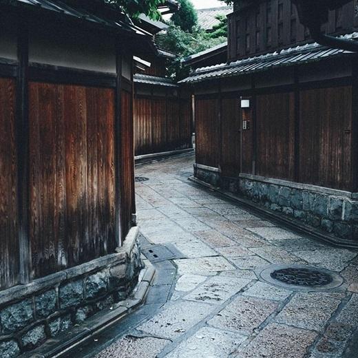 Những ngôi nhà gỗ trầm mặc tồn tại suốt hàng thế kỉ như muốn kể một câu chuyện xa xưa.(Nguồn: Bored Panda)