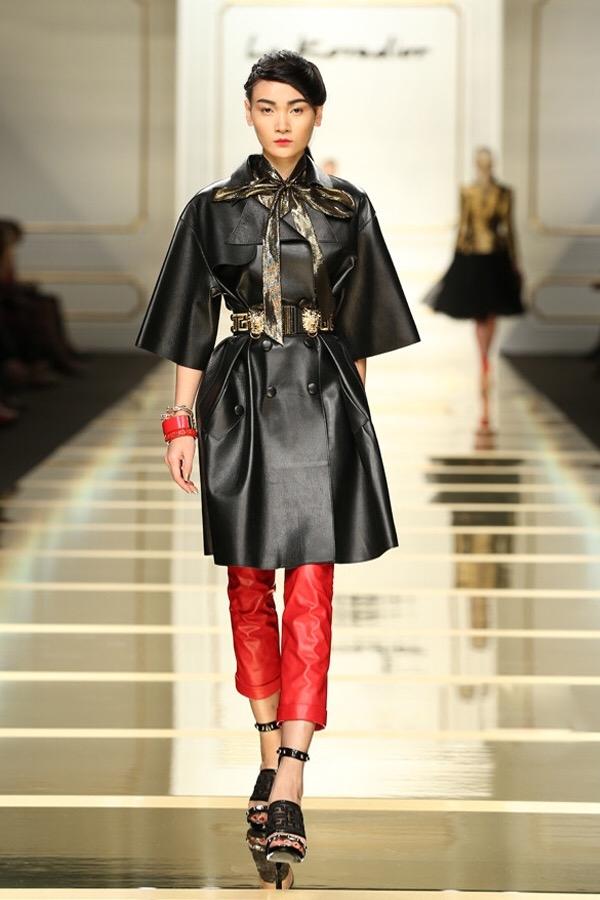 Cô diện bộ trang phục hiện đại, trẻ trung kết hợp giữa áo măng tô dài cùng quần âu ống côn trên nền chất liệu da lộn. Hai tông màu đỏ, đen kinh điển được chọn phối cùng nhau mang đến vẻ sang trọng, quý phái cho Thùy Trang trên sàn diễn.