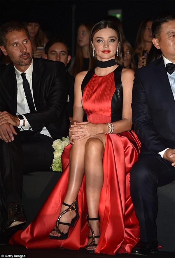 Đặc biệt, trên hàng ghế VIP của show diễn có sự xuất hiện của cựu thiên thần nội y Miranda Kerr. Cô diện bộ váy điệu đà, nữ tính có tông đỏ nổi bật. Việc góp mặt trong show diễn danh giá này đã tạo nên một cột mốc mới trong sự nghiệp của Thùy Trang.