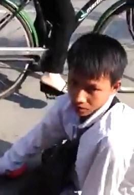 Cậu bé khuyết tật bị kẻ xấu cướp gần 200 tờ vé số. (Ảnh: Cắt từclip)
