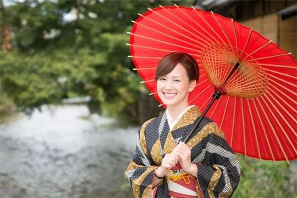 Phụ nữ Nhật trẻ đẹp dài lâu với làn da trắng mịn không tì vết.