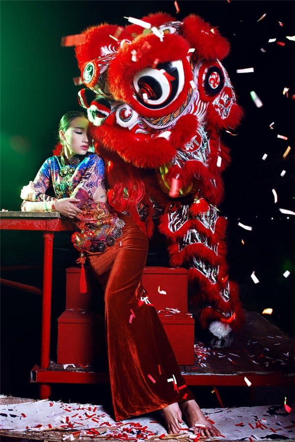 Ngoài ra, cách phối các gam màu nổi để tạo nên sự dung hòa cũng là một nét đáng chú ý của các trang phục này.