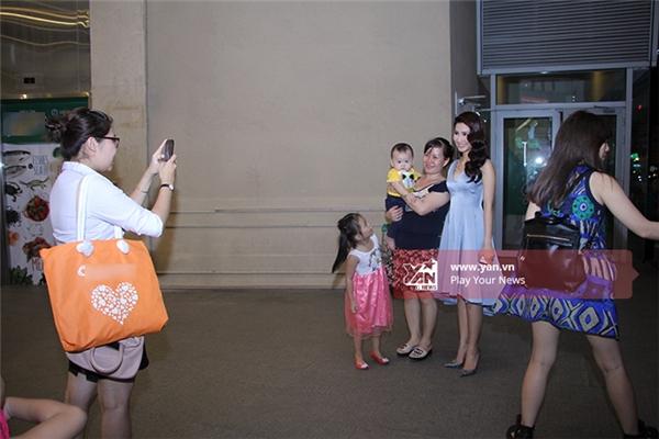 Trong lúc chờ xe đến, Diễm My tranh thủ chụp ảnh cùng với người hâm mộ - Tin sao Viet - Tin tuc sao Viet - Scandal sao Viet - Tin tuc cua Sao - Tin cua Sao