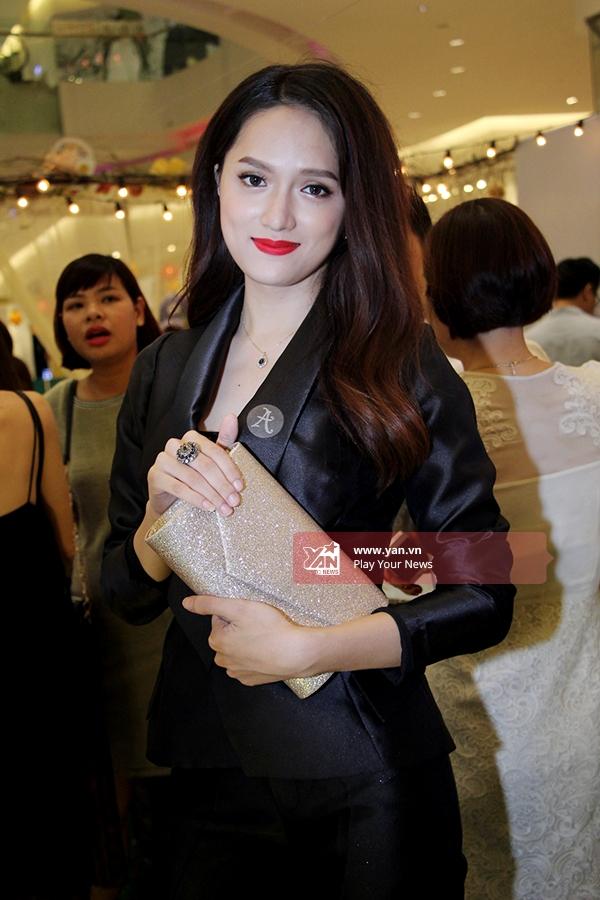 Hương Giang Idol chọn trang phục vest đen kín đáo nhưng vẫn khoe được sự nữ tính, xinh đẹp. - Tin sao Viet - Tin tuc sao Viet - Scandal sao Viet - Tin tuc cua Sao - Tin cua Sao