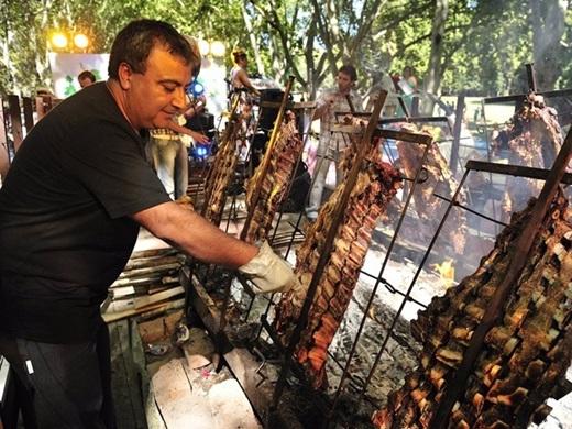 """Asado (Argentina):""""Asado"""" là từ dùng để chỉ món thịt nướng đặc sản của Argentina. Thịt được ướp gia vị và nướng trên than hoa, tỏa mùi thơm quyến rũ khiến các du khách không thể không thưởng thức."""