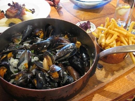 Moules-Frite (Bỉ):Món ăn gồm trai và khoai tây rán này có mặt ở nhiều quốc gia như Pháp và Mĩ, nhưng ngon nhất phải là ở Bỉ. Trai được chế biến theo nhiều cách (nấu với rượu, bơ, rau thơm hoặc với nước dùng từ cà chua), ăn cùng khoai tây rán giòn tẩm muối. Bạn nên thưởng thức món này với một cốc bia tươi.