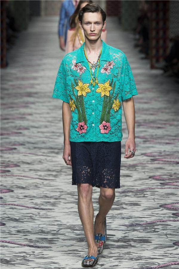 Trong khi đó, các chàng trai của Gucci lại được diện những mẫu thiết kế vô cùng điệu đà từ màu sắc, chất liệu cho đến những chi tiết in thêu, đính kết.