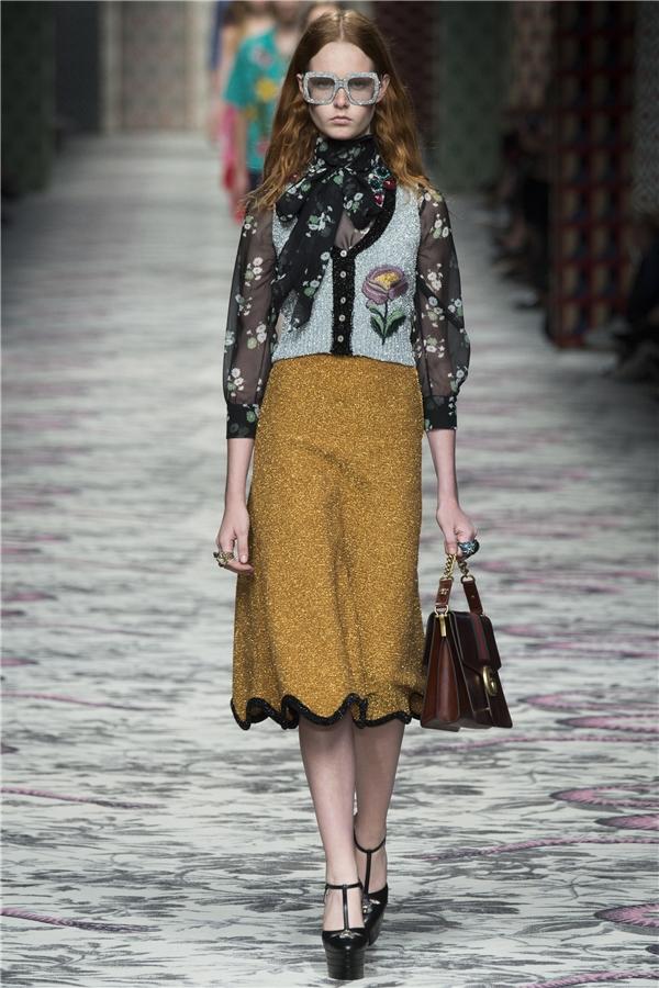 Trong bộ sưu tập này, Gucci mang đến cái nhìn đa dạng, nhiều chiều về thời trang Xuân - Hè với nhiều mẫu thiết kế khác nhau từ đầm ngắn, đầm dài cho đến những bộ vest thanh lịch, cổ điển.