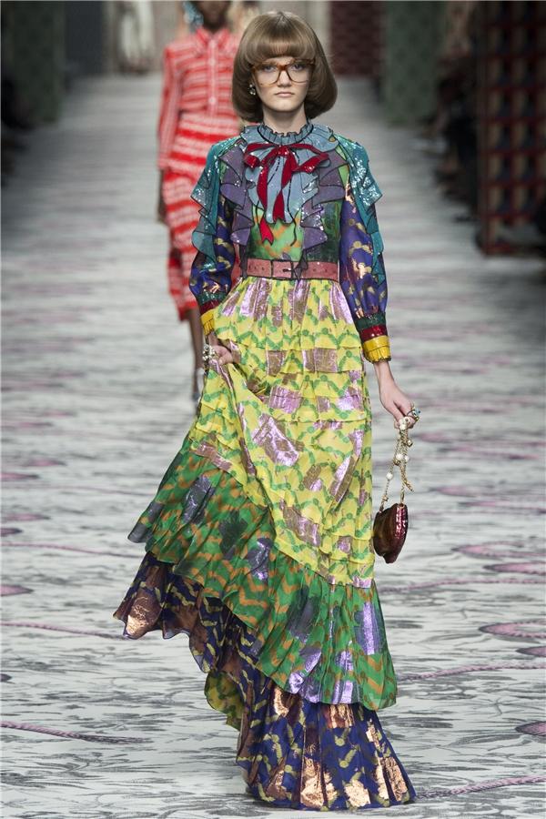 Gucci mang lại sự trẻ trung, tươi mới qua việc kết hợp giữa những tông trung tính cùng các sắc màu nổi bật như: vàng, đỏ, xanh lá, xanh cobant.