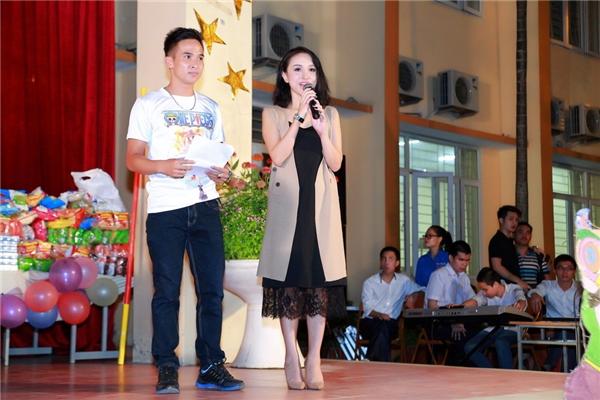 Cô đảm nhận vai trò MC cho chương trình từ thiện. - Tin sao Viet - Tin tuc sao Viet - Scandal sao Viet - Tin tuc cua Sao - Tin cua Sao