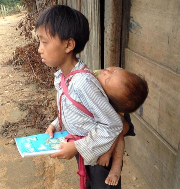 Hình ảnh người anh lớp 2 cõng em trên lưng đến lớp học gây chú ý trên mạng.