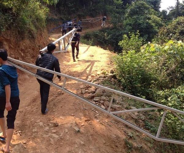 Người dân chung tay góp sức xây dựng ngôi trường mới cho trẻ em nghèo.