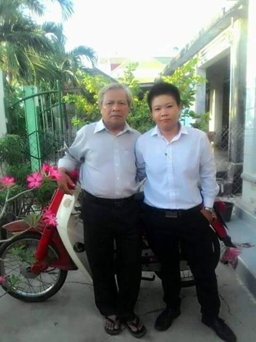 Ông Hải và Phong bên cạnh chiếc xe đã gắn bó với hai bố con nhiều năm qua. Ảnh: NVCC.
