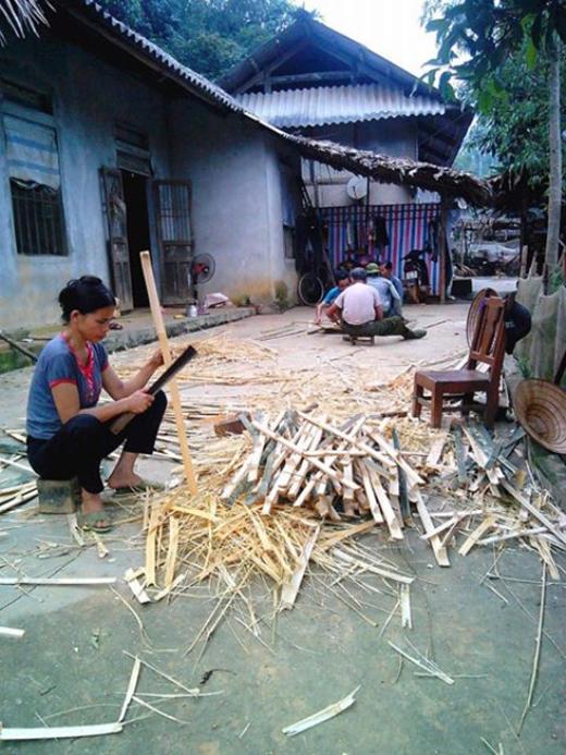 Người dân chặt tre thành từng đoạn nhỏ để đan lại với nhau
