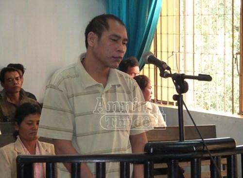 Đối tượng Y Hem Niê đứng nghe chủ tọa phiên tòa tuyên án