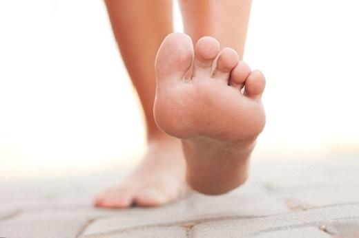 Chai chân khiến việcđi lại khó khăn.
