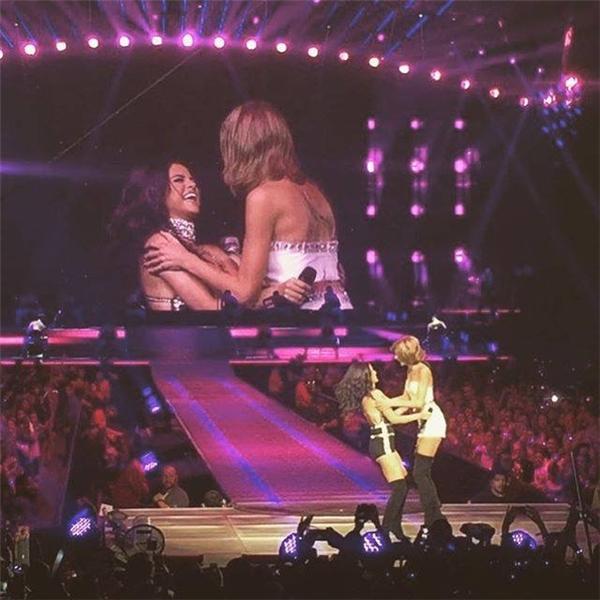 Selena và Taylor khiến fan phát cuồng khi hai cô nàng biểu diễn trên sân khấu.