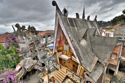 """Còn được biết với tên gọi Biệt thự Hằng Nga, Crazy House ở Việt Nam là một trong những ngôi nhà cây """"bất thường"""" nhất trong danh sách này. (Nguồn: Internet)"""