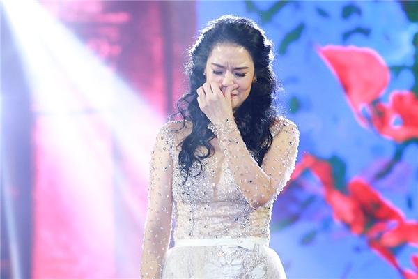 Cô nức nở khóc ngay trên sân khấu. - Tin sao Viet - Tin tuc sao Viet - Scandal sao Viet - Tin tuc cua Sao - Tin cua Sao