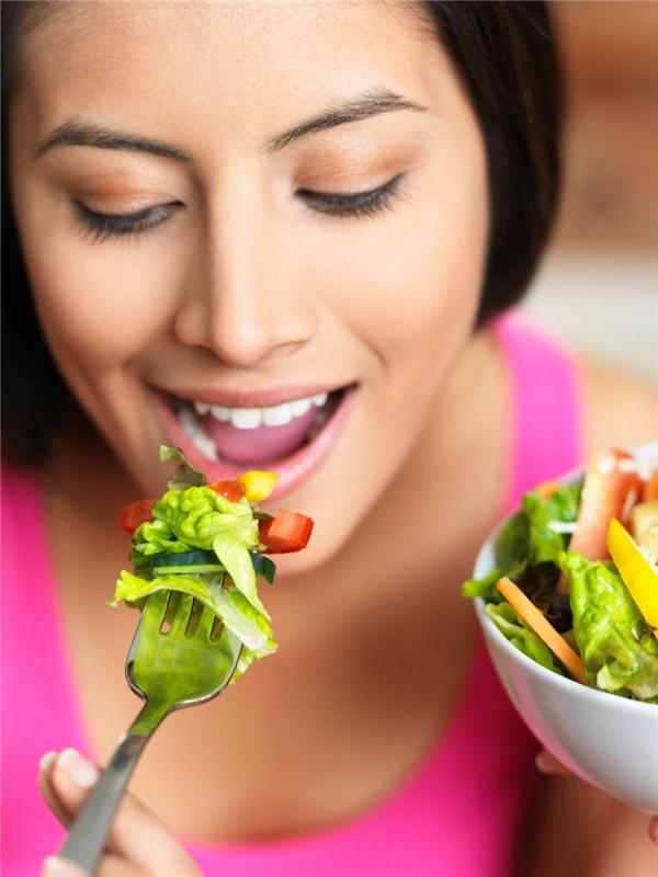 Nếu bạn muốn tập kiên nhẫn và giảm béo, hãy ăn uống chậm rãi. Nhét vội nhét vàng thức ăn vào miệng sẽ khiến bạn ăn nhiều hơn mức cần thiết. Hãy dành thời gian cảm nhận món ăn như một người thưởng thức ẩm thực sành điệu.