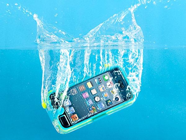 Và iPhone mới sẽ không cần dùng đến túi chống nước nữa. (Ảnh: Internet)