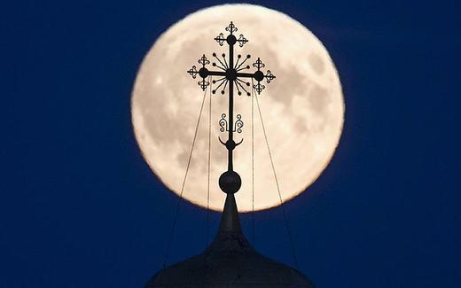 Hình ảnh mặt trăng lớn được ghi lại trên đỉnh một nhà thờ ở vùng Ryazan, Nga. (Ảnh: Telegraph)