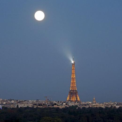 """Thủ đô Paris, Pháp được chiêm ngưỡng """"siêu Trăng máu"""" có một không hai. (Ảnh: Telegraph)"""