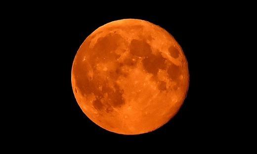 Mặt trăng như một viên gạch được nung đỏ rất đẹp mắt. Cảnh tượng được một nhiếp ảnh gia Úc ghi lại. (Ảnh: Getty Image)