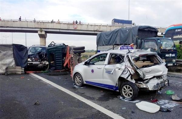Theo nhân chứng, khi taxi và ôtô 7 chỗ lưu thông chậm để tránh hiện trường vụ tai nạn thì xe khách từ phía lao sau lên tông vào cả 2 xe khiến 3 hành khách trong taxi bị thương nặng.