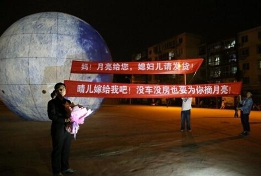 Yong Pengcùng mới mặt trăng khổng lồ của mình đi cầu hôn bạn gái. (Ảnh: Internet)