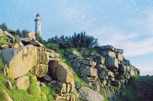 Đến với mũi Đại Lãnh, du khách phải một lần bước lên ngọn hải đăng Đại Lãnh. Đây là một trong tám ngọn hải đăng có niên đại trên 100 năm trong tổng số 79 ngọn hải đăng đang hoạt động tại nước ta. (Ảnh: Internet)