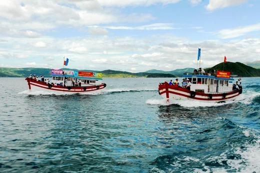 Du khách có thể đi thuyền để khám phá vịnh Xuân Đài.(Ảnh: Internet)