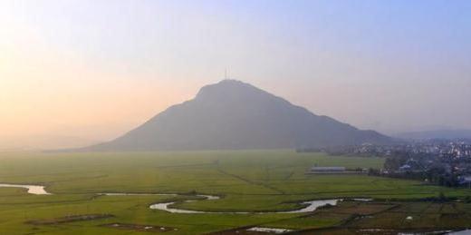 Được mệnh danh là Đà Lạt của Phú Yên, Vân Hòa có khí hậu luôn thấp hơn Tuy Hòa. Vào mùa thu, mỗi buổi sáng tại đây luôn có sương giăng trên mặt hồ Suối Phẫn, Suối Phèn. (Ảnh: Internet)