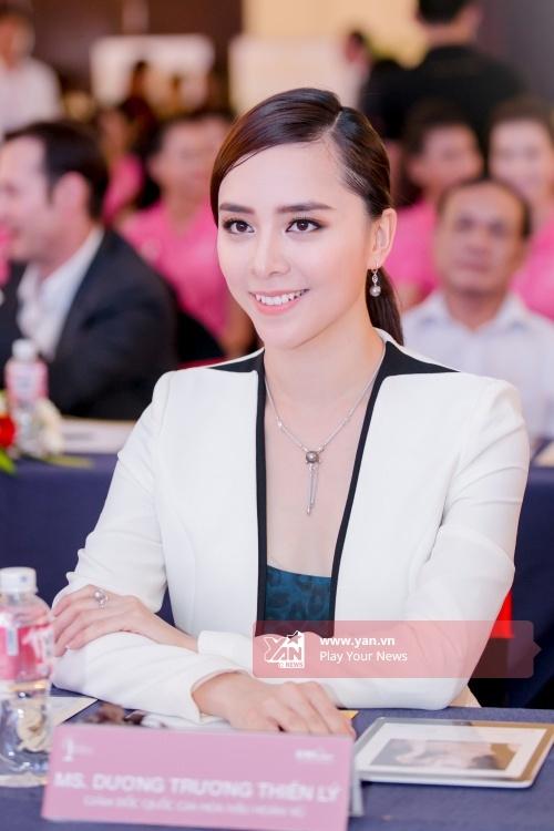 Á hậu Dương Trương Thiên Lý luôn theo sát và đồng hành cùng các thí sinh.