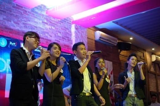 Hình ảnh mộttrong những nhóm hát tại vòng 2 Dream Big 2013.