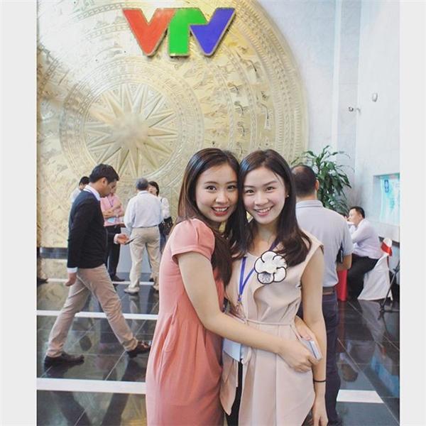 Hình ảnh hai cô nàng chụp tại đài truyền hình của Việt Nam đang khiến nhiều bạn trẻ vô cùng tò mò. (Ảnh: Internet)