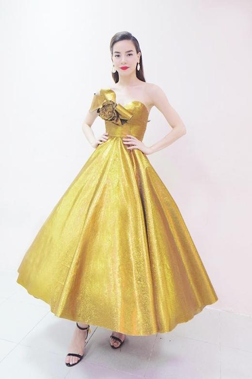 """Xuất hiện trong đêm nhạc """"Thay lời muốn nói"""" với chủ đề về tình yêu, Hồ Ngọc Hà gây ấn tượng mạnh khi chọn diện chiếc váy xòe điệu đà được thực hiện trên nền chất liệu ánh kim nổi bật. Điểm nhấn được tạo nên bằng chi tiết dựng phom 3D kì công, tinh tế trên ngực áo."""