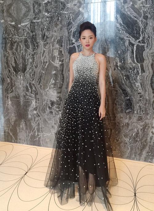Khác với hình ảnh nóng bỏng, quyến rũ thường thấy, nữ ca sĩ Tóc Tiên bỗng dưng điệu đà khi chọn chiếc váy xòe tông đen của nhà thiết kế Lý Quí Khánh trong lần gặp mặt David Beckham mới đây.