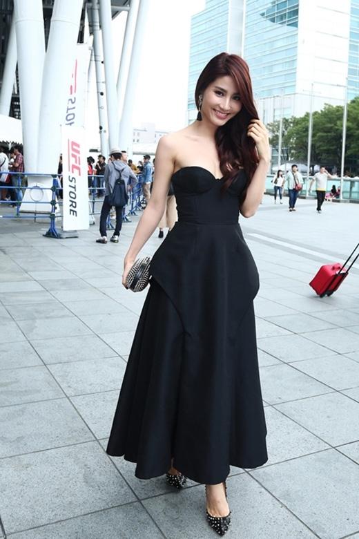 Lâm Gia Khang cũng là người bạn đồng hành của Diễm My 9X khi tham dự một sự kiện vừa qua tại Nhật Bản. Nữ diễn viên xinh đẹp vừa quyến rũ vừa điệu đà trong chiếc đầm xòe cúp ngực tông đen.