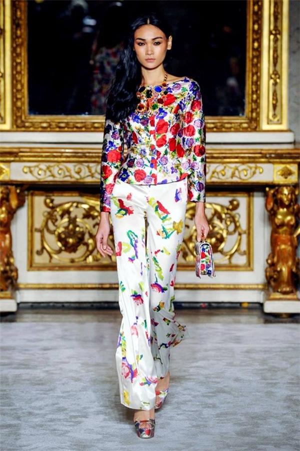 Trong show diễn của nhà thiết kế Rocco Barocco, Thùy Trang cũng được trình diễn hai mẫu thiết kế hiện đại, trẻ trung.