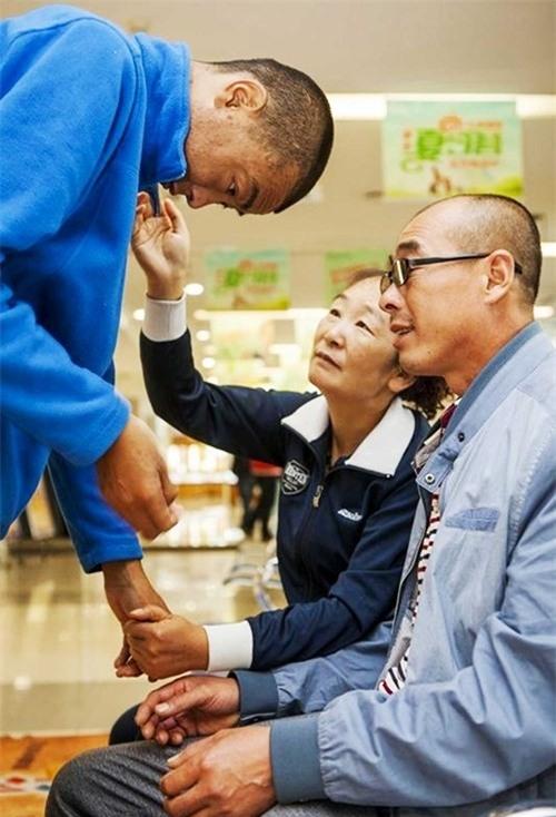 Không thể phụng dưỡng cha mẹ già, Guo Feng muốn hiến giác mạc cho cha như một nỗ lực cuối cùng nhằm mang đến cho cha mẹ một cuộc sống tốt đẹp hơn.