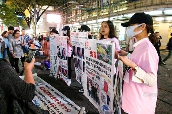 Một nhóm các cô gái Trung Quốc từng thất bại khi tới Hàn Quốc phẫu thuật thẩm mỹ đã biểu tình tập thể trên một con phố ở Seoul. Những cô gái này cầm những tờ poster về các vụ phẫu thuật thẩm mỹ thất bại, tố cáo các trung tâm môi giới và những bệnh viện vô đạo đức. Họ hy vọng việc làm này sẽ gây được sự chú ý của Chính phủ Hàn Quốc. (Nguồn: QQ)