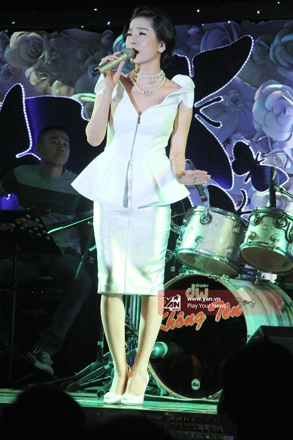 Cô còn hát các ca khúc khác như: Nếu em được chọn lựa, Để nhớ mộtthời ta đã yêu, Ru ta ngậm ngùi, Bài không tên số 37… - Tin sao Viet - Tin tuc sao Viet - Scandal sao Viet - Tin tuc cua Sao - Tin cua Sao