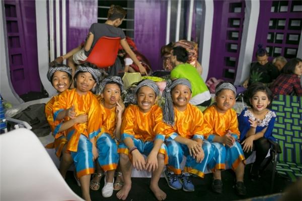 Sáu bé thí sinh được hóa trang thành những chàng trai ngư dân trong những bộ bà ba, khăn rằn cột đầu với làn da rám nắng, bộ ria mép tinh nghịch. - Tin sao Viet - Tin tuc sao Viet - Scandal sao Viet - Tin tuc cua Sao - Tin cua Sao
