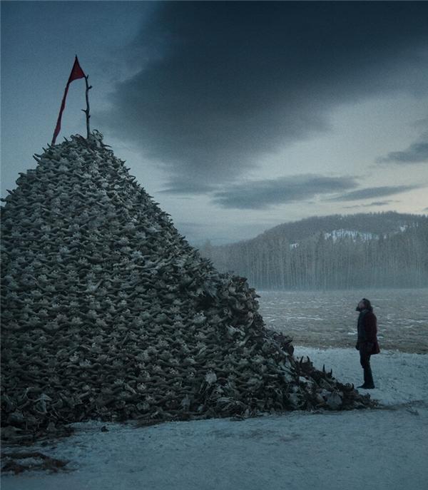 Trong The revenant, Leonardo DiCaprio bị chính người bạn của mình phản bội, bỏ lại anh ở vùng núi lạnh giá.