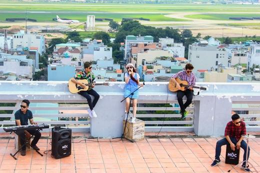 """""""Bang Bang Boom Boom"""" và """"Gánh hàng rong"""" là hai ca khúc mà Đinh Hương rất yêu thích và hát gửi tặng khán giả lần này."""